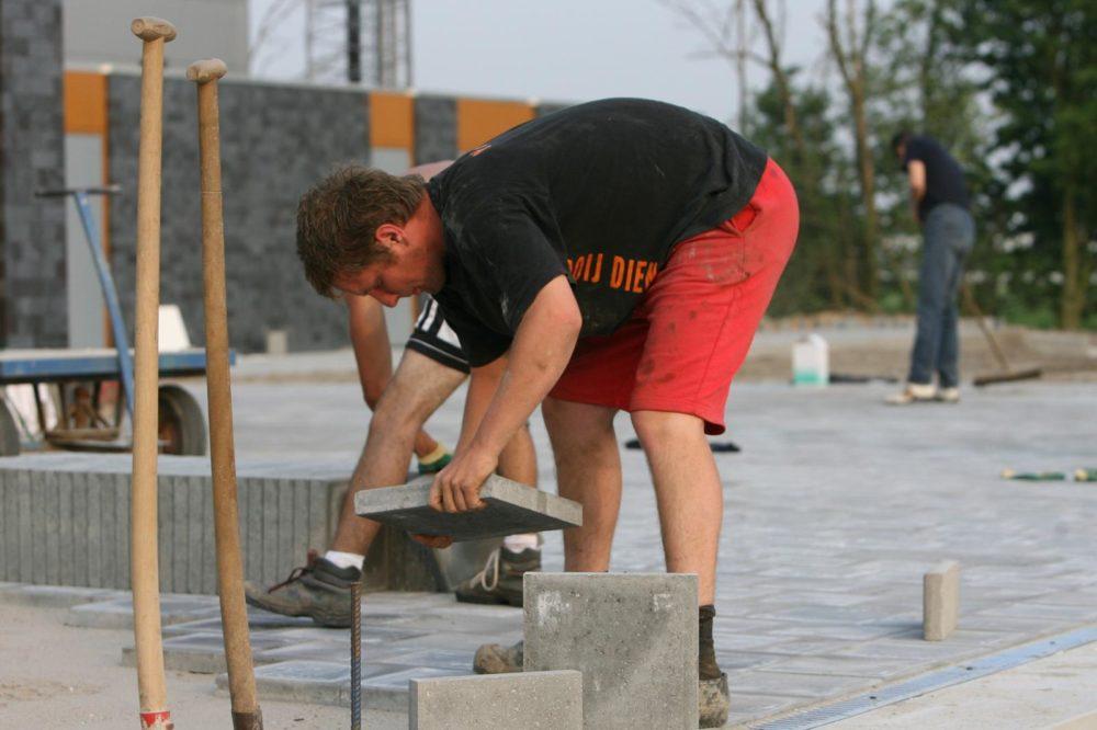 Expert terras leggen, Peter Vreugdenhil, in actie bij het nieuwe clubhuis